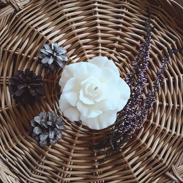 mehiläisvahakynttilä ruusu valkoinen